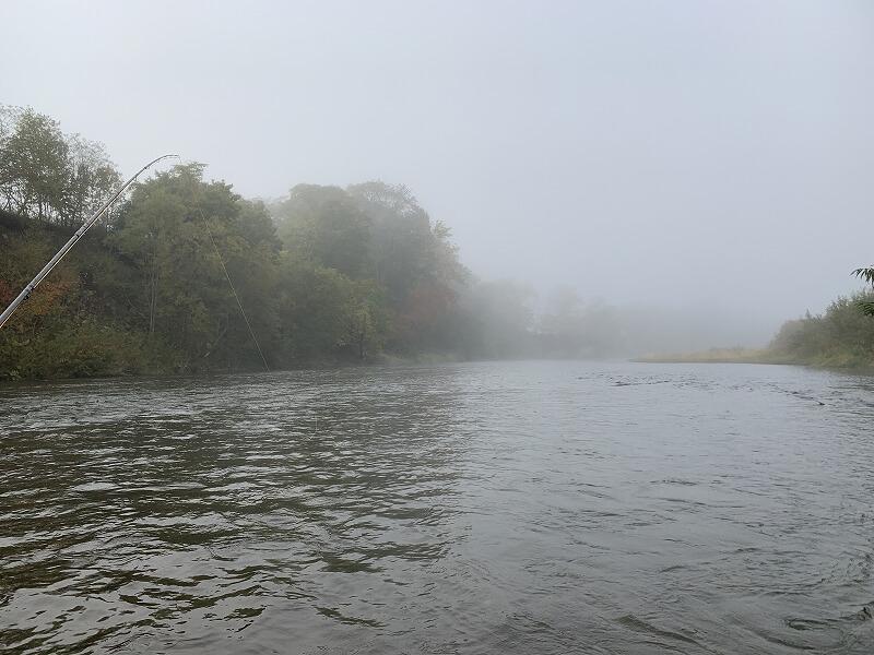 朝靄が立ち込める利別川